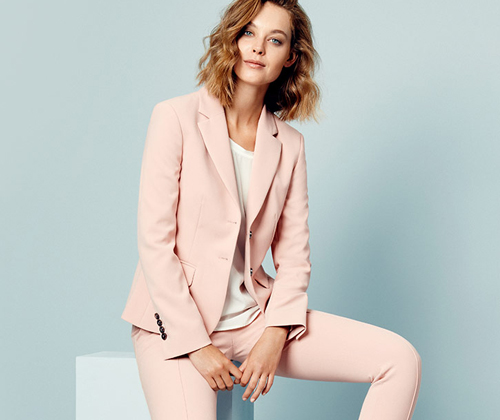 Business Frau in rosa Blazer