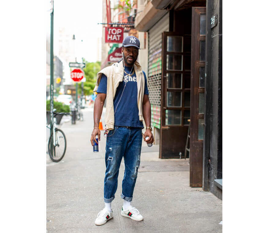 Trend-Outfit: Mann trägt angesagte Tapered-Jeans und Pullover